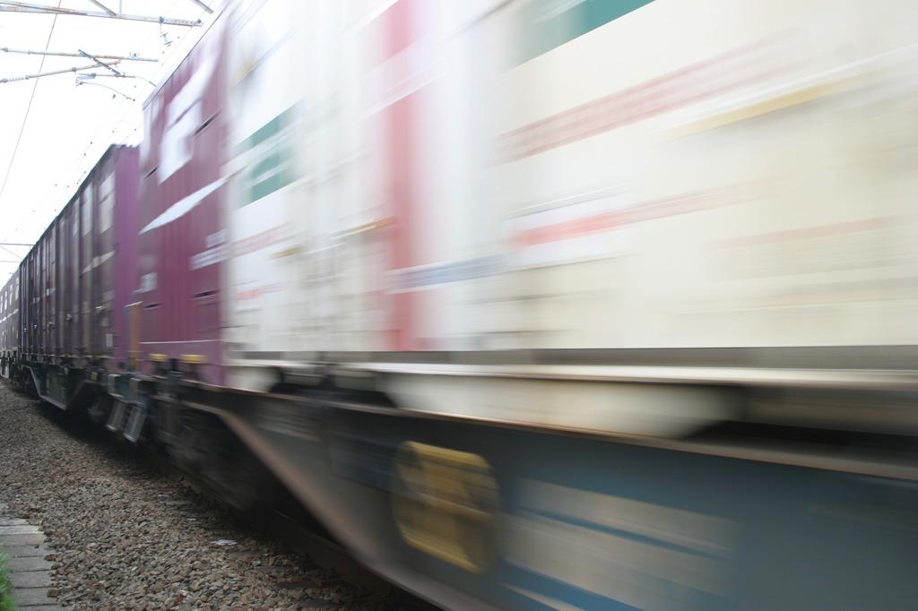 電車は、速い