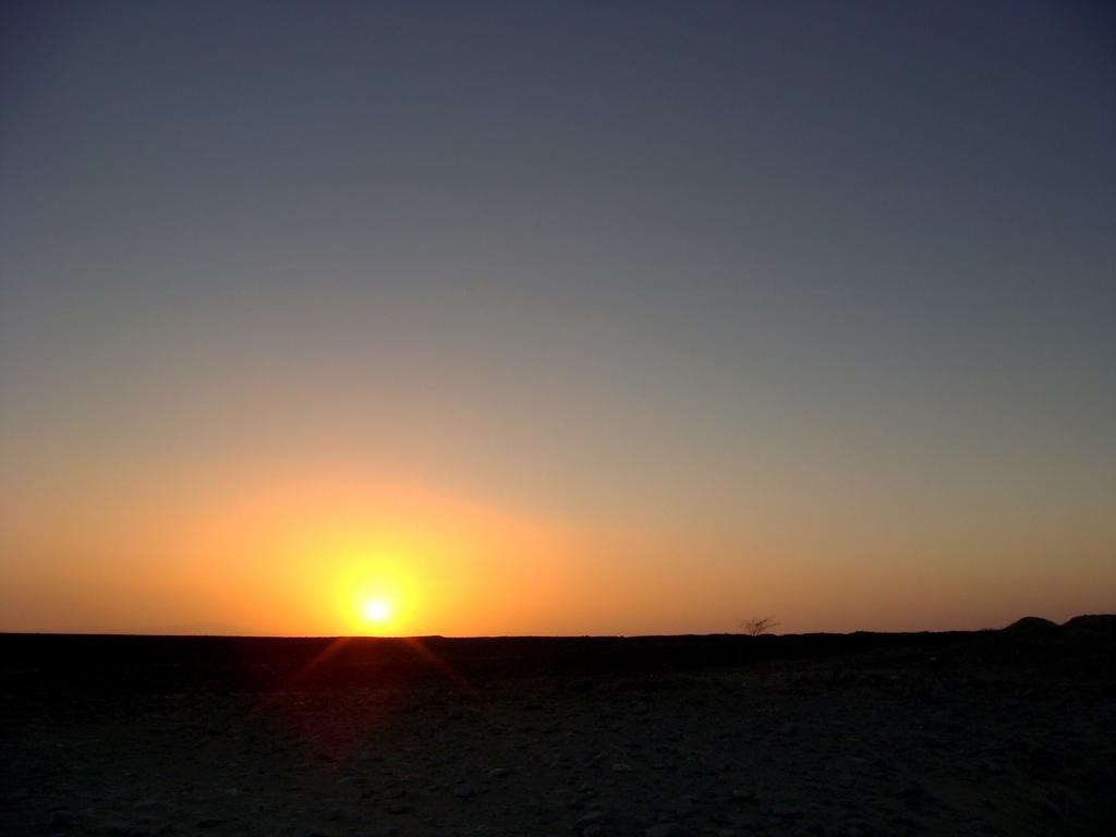 ナスカの大地に沈む夕日