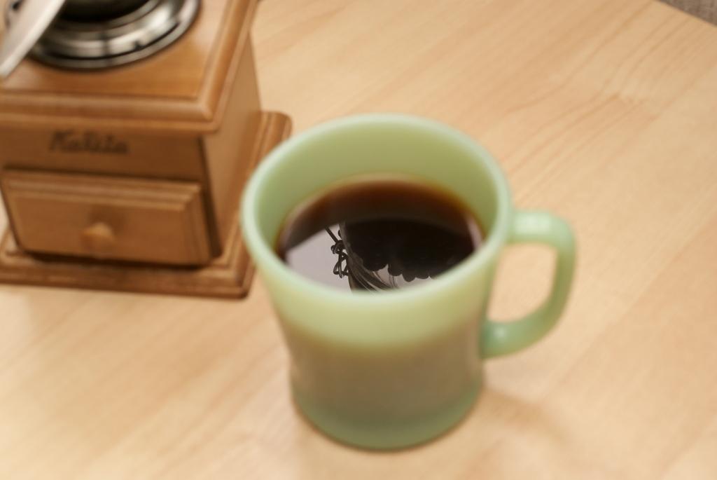 カップの中にコーヒーと豆