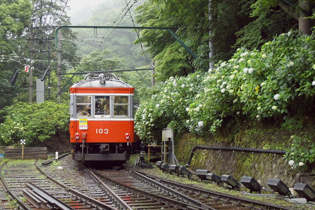 宮ノ下駅を出発した箱根登山鉄道