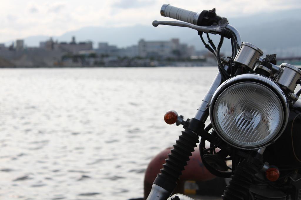 バイクと港