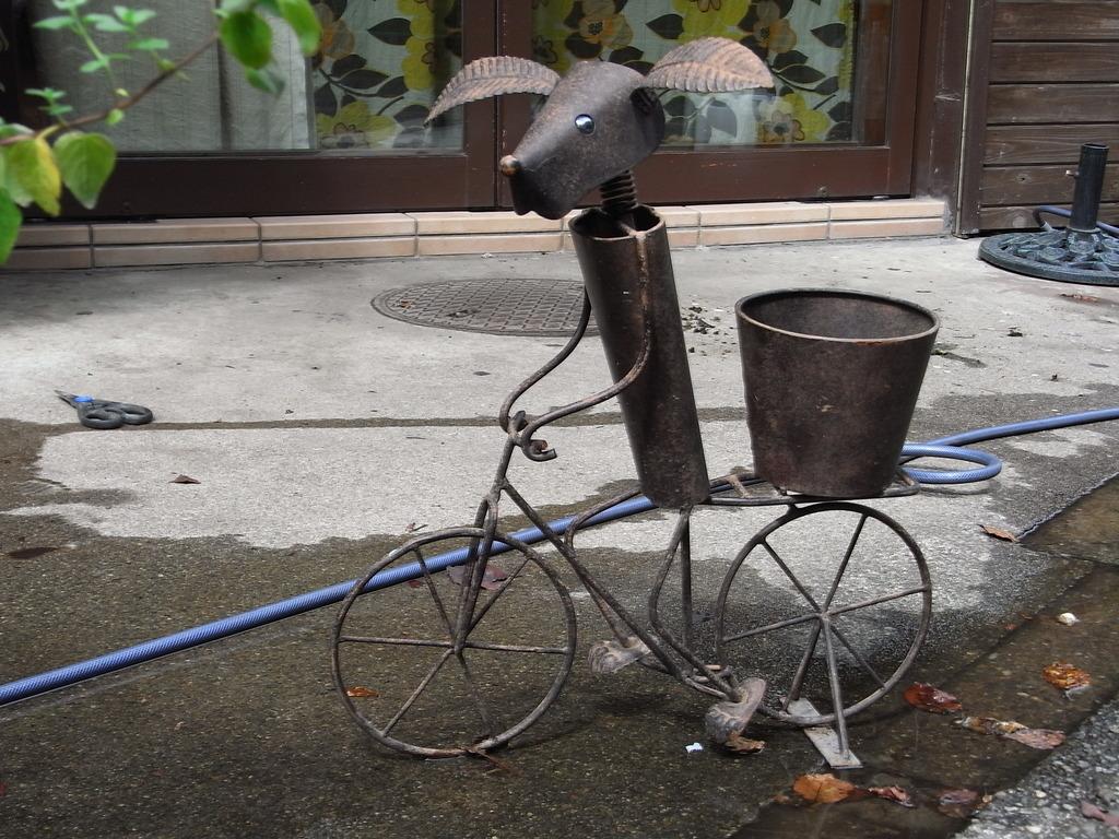 自転車に乗ったブタ