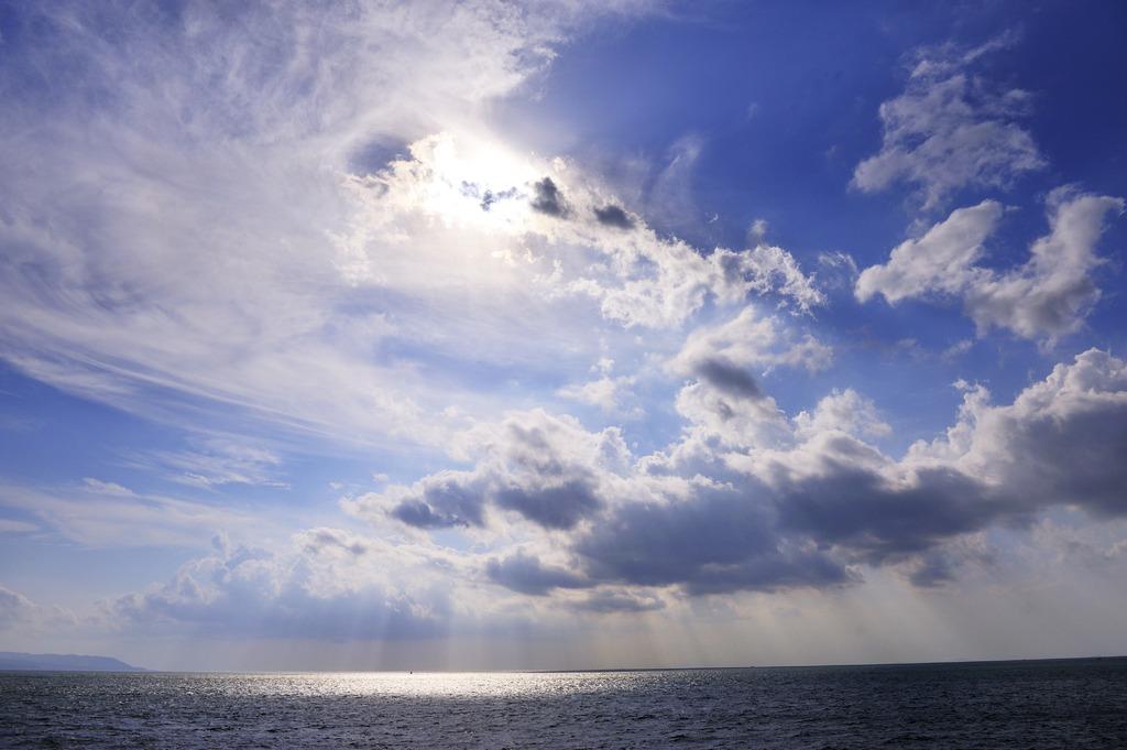 雲間から降りるカーテン