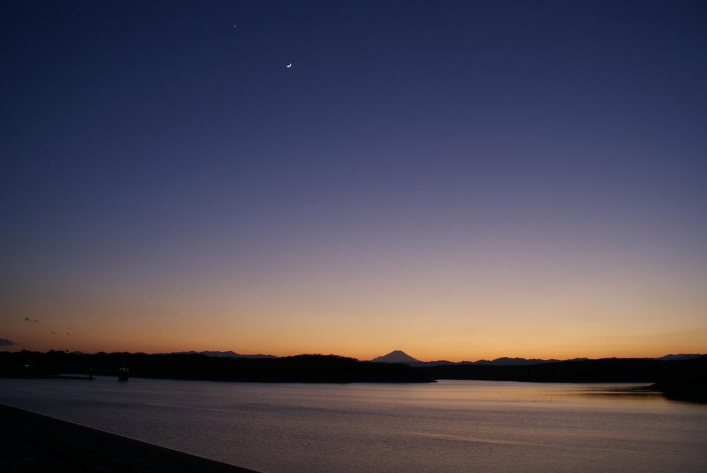 月と富士山と狭山湖