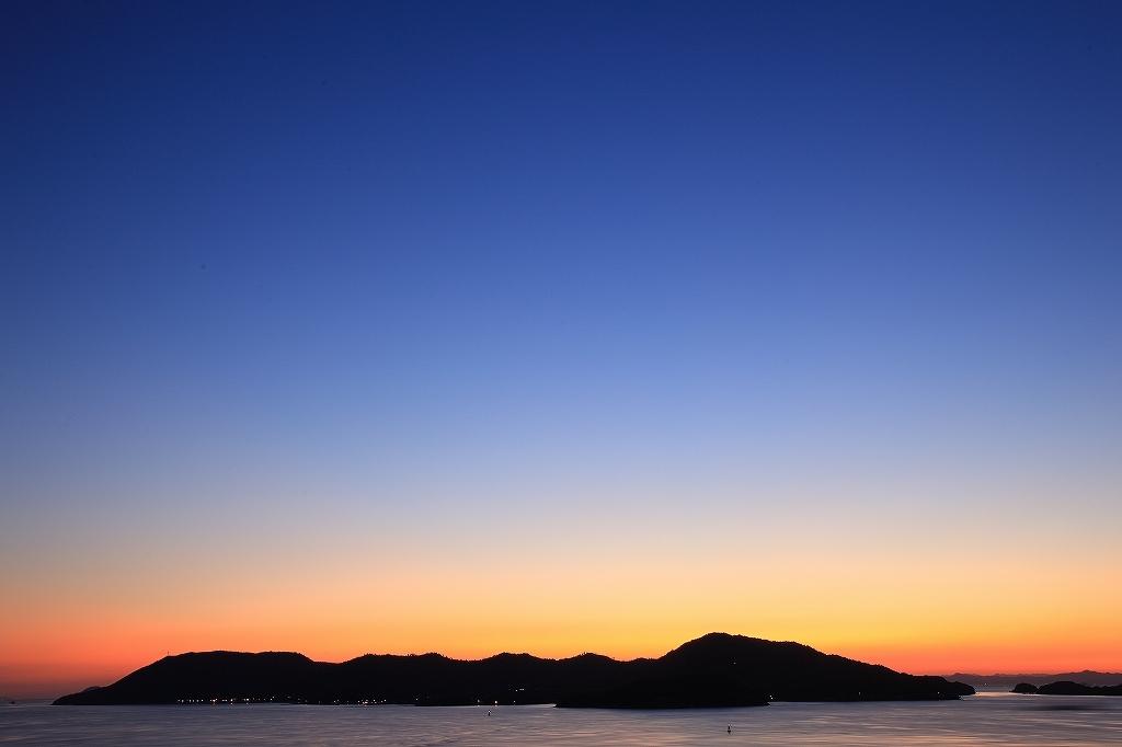 薄明の夕空に浮かぶ島