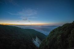 日の出70分前…染まる雲海と消える天の川