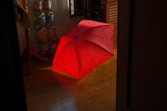 玄関に忘れた赤い傘。