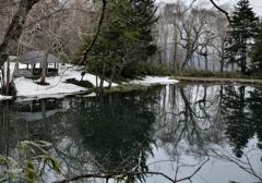 残雪の湖水