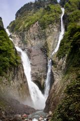 称名滝(左)とハンノキ滝(右)