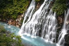 ブルーリバーを生み出す美瑛の潜流瀑