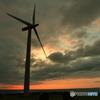 夕景の風力発電