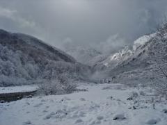 第千二百八十四作  「寒の河わたる 山は吹雪ひて 雪つぶて」 長野県姫川