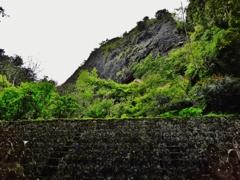 第千四百三十三作  「たくさんの御仏に 護られてゐる 岩の壁たかく」 愛媛県久万