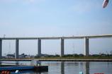 新港大橋上を渡る車