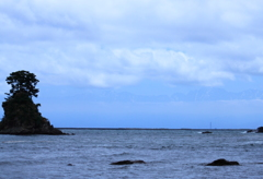 雨晴海岸より・・やっと立山連峰が薄く顔出して来ました