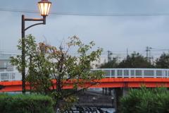 曇天に際立つ赤い橋と街灯