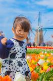 少女は花へ。父は風に。