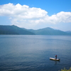 芦ノ湖とうっすら富士山