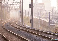朝の空気と貨物列車