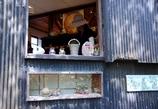 ある陶器屋さんの窓 @常滑やきもの散歩道