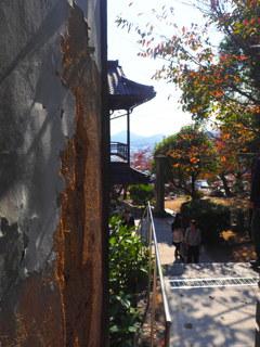 参道の古壁