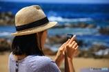 海を撮る女性