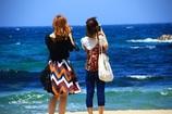 海を見つめる二人の女性
