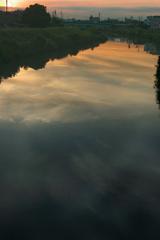 夏の明け方 川は流れる