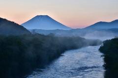 夜明けの川で