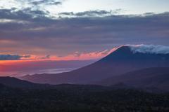 朝陽を浴びる山