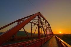 燃える赤鉄橋