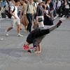 横断歩道でブレイクダンス