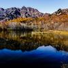 晩秋色の戸隠連峰と鏡池