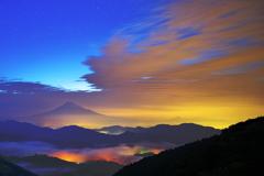 雲海と雲が富士を照らし出す。