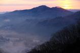 朝靄に包まれた山里