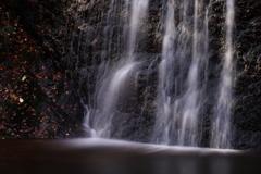 小さな滝にて