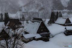 雪降る合掌造り集落
