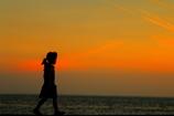 桟橋を歩く少女
