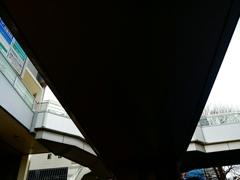 見上げる歩道橋