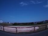 橋の上、遠い雲、すんだ青空
