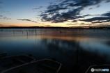 日の出間近の湖畔