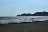 浜辺を歩く2