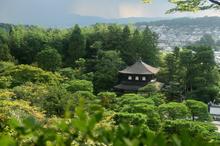 迫る雨雲と銀閣寺