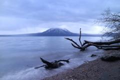 雨の支笏湖。