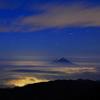 コバルトブルーに浮かぶ富士