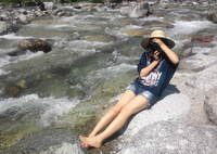 麦わら少女とカメラと河原