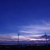 風車のある夏の夕景