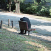 05ベンチで休む人
