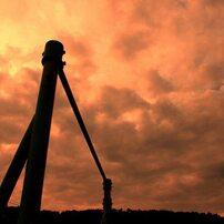 夕暮れ時の鉄棒