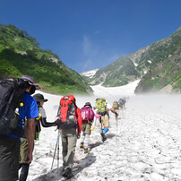 雪渓登山開始